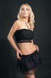 Blonde atractivo en fondo negro en estudio Fotografía de archivo