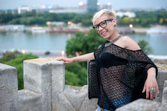 Blonde atractivo en la pared de la fortaleza Fotos de archivo