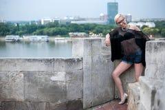 Blonde atractivo en la pared de la fortaleza Imágenes de archivo libres de regalías
