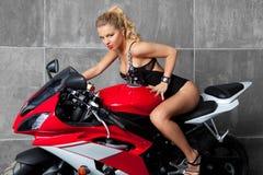 Blonde atractivo en sportbike Fotos de archivo libres de regalías