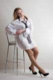 Blonde atractivo joven de la muchacha con la silla de la barra Fotografía de archivo