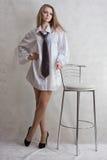 Blonde atractivo joven de la muchacha con la silla de la barra Imagen de archivo libre de regalías
