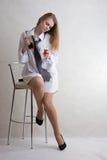 Blonde atractivo joven de la muchacha con la silla de la barra Fotografía de archivo libre de regalías