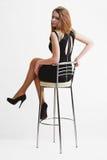 Blonde atractivo joven de la muchacha con la silla de la barra Imágenes de archivo libres de regalías