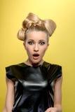 Blonde atractivo joven en camiseta negra Foto de archivo libre de regalías