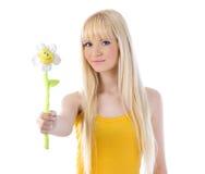 Blonde atractivo que sostiene hacia fuera la margarita Fotos de archivo libres de regalías