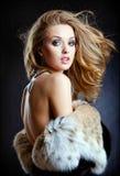 Blonde atractivo sensual de la muchacha en un mitad-primer del abrigo de pieles Fotografía de archivo