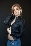 Blonde atractivo sensual hermoso de la muchacha en una chaqueta de cuero Imagenes de archivo