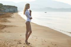 Blonde attirante sur la plage tropicale Images libres de droits