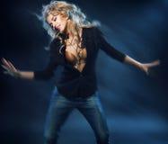 Blonde attraktive Frau auf dem Tanzboden Stockfotos