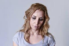 Blonde attraktive Frau auf ihren dreißiger Jahren traurig und dem deprimierten Schauen hoffnungslos in der Sorge Stockbild