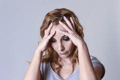 Blonde attraktive Frau auf ihren dreißiger Jahren traurig und dem deprimierten Schauen hoffnungslos in der Sorge Lizenzfreie Stockbilder