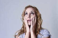 Blonde attraktive Frau auf ihren dreißiger Jahren traurig und dem deprimierten Schauen hoffnungslos in der Sorge Lizenzfreies Stockfoto