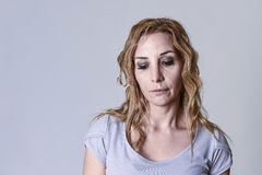 Blonde attraktive Frau auf ihren dreißiger Jahren traurig und dem deprimierten Schauen hoffnungslos in der Sorge Stockfotos