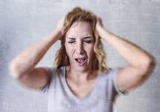 Blonde attraktive Frau auf ihren dreißiger Jahren traurig und dem deprimierten Schauen hoffnungslos in der Sorge und im Leid Stockbilder