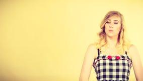 Blonde attraktive Frau, die beleidigten Gesichtsausdruck macht Stockfotografie