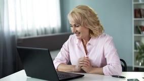 Blonde attraktive Frau, die online mit Mann, Datumsanwendung, Freizeit plaudert lizenzfreies stockfoto