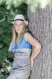 Blonde attraktive Frau im Park Lizenzfreies Stockfoto