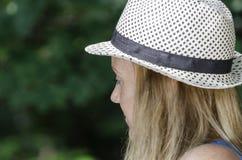 Blonde attraktive Frau im Park Stockbild