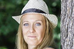 Blonde attraktive Frau im Park Stockfoto
