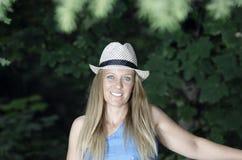 Blonde attraktive Frau im Park Lizenzfreies Stockbild