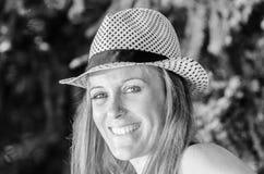 Blonde attraktive Frau im Park Lizenzfreie Stockfotografie