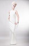Blonde attraktive Frau im weißen Kleid mit dem kreativen Haar Lizenzfreies Stockfoto