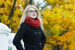 Blonde attraktive junge Frau in Schwarzweiss Lizenzfreies Stockbild