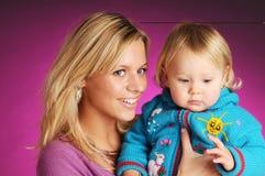 Blonde attraktive Mutter mit kleinem blondem Mädchen Stockbilder