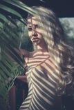 Blonde au soleil photo libre de droits
