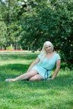 Blonde Aufstellung auf dem Gras Stockfotos