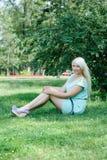 Blonde Aufstellung auf dem Gras Stockbild