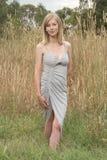 Blonde Aufstellung auf Gras Lizenzfreie Stockbilder
