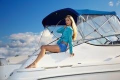 Blonde Aufstellung auf Yacht Lizenzfreie Stockfotos