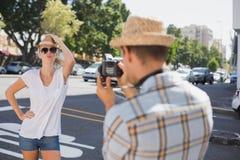 Blonde Aufstellung der Junge recht für ihren Freund Stockfotos
