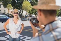 Blonde Aufstellung der Junge recht für ihren Freund Lizenzfreies Stockbild