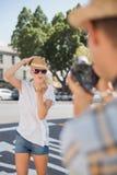 Blonde Aufstellung der Junge recht für ihren Freund Stockbilder