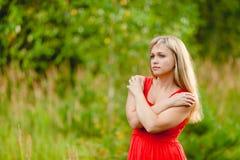 Blonde Aufstellung der Junge recht im Sommer Lizenzfreies Stockfoto