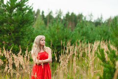 Blonde Aufstellung der Junge recht im Sommer Stockfoto