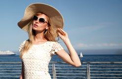 Blonde Aufstellung der jungen Frau Stockfoto
