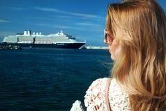 Blonde Aufstellung der jungen Frau Lizenzfreies Stockfoto