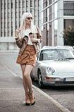 Blonde Aufstellung der jungen Frau Lizenzfreies Stockbild