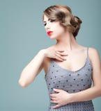 Blonde Aufstellung der jungen Frau des Art und Weiseschönheitsportraits Lizenzfreie Stockfotos