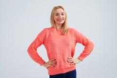 Blonde Aufstellung des jungen smiley Stockfotografie