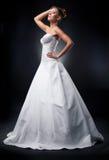 Blonde Aufstellung des recht jungen Verlobten im Kleid Stockfoto