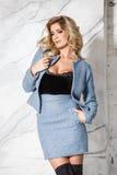 Blonde Aufstellung des schönen sexy Geschäfts auf einem Marmorhintergrund Stockfoto