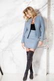 Blonde Aufstellung des schönen sexy Geschäfts auf einem Marmorhintergrund Lizenzfreie Stockfotografie