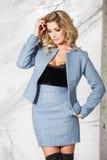 Blonde Aufstellung des schönen sexy Geschäfts auf einem Marmorhintergrund Lizenzfreies Stockfoto