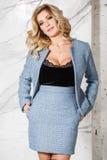 Blonde Aufstellung des schönen sexy Geschäfts auf einem Marmorhintergrund Stockfotografie