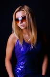 Blonde Aufstellung im dunklen Raum Lizenzfreies Stockfoto